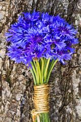 Blumenstrauß, blaue Kornblumen auf Holz