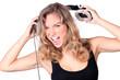 Junge hübsche Frau schreit laut mit Kopfhörer
