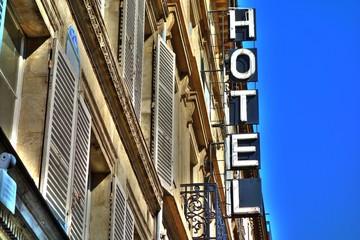 Une enseigne d'hôtel en France