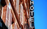 Une enseigne d'hôtel en France - 53089410