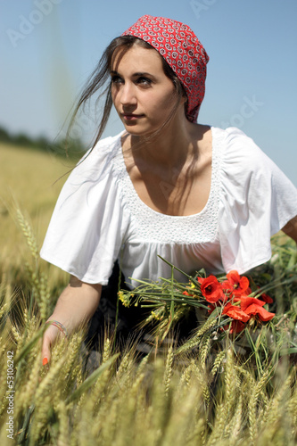 ragazza in campo di grano d'estate