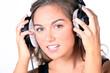 Junge Frau mit Kopfhörer hört Musik