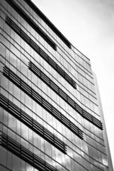 Edificio de oficinas, blanco y negro