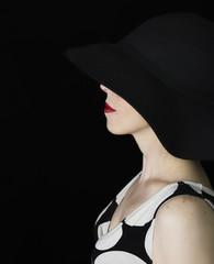 Retrato de perfil estilo clásico con fondo negro