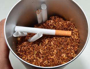 Recipiente con tabaco picado y cigarros para cargar
