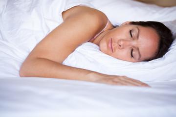 Frau schläft auf dem Bauch liegend