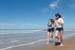 Groupe jeune courant sur la plage