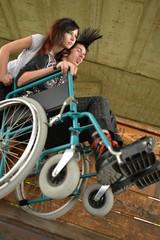 homme en fauteuil roulant faisant du sport