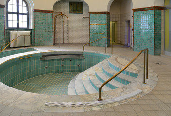 Becken eines historischen Hallenbades