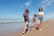 Jeunes marchant sur la plage