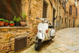 Stary skuter Vespa na ulicy we Włoszech