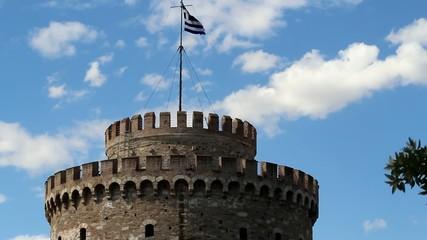 Weisser Turm in Thessaloniki mit griechischer Flagge