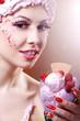 Junge hübsche Frau mit Speise Eis und Sahne Haube