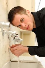 jeune homme buvant de l'eau