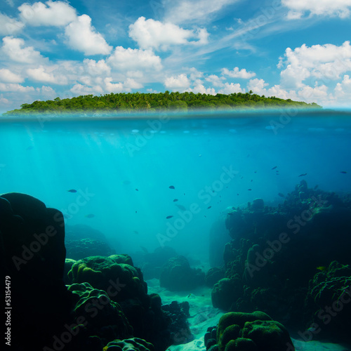 Papiers peints Recifs coralliens Tropical underwater shot splitted with island and sky