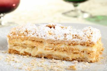 dessert millefoglie con crema su piatto