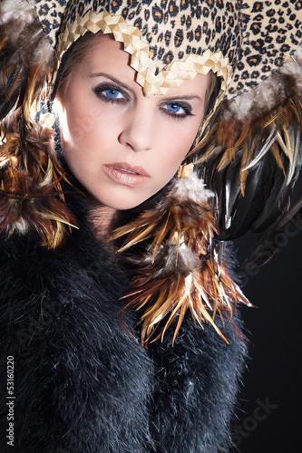 Hübsche junge Frau mit Kopfputz blickt