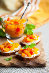 toast with pumpkin chutney