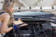 Automechaniker Frau wechselt Luftfilter vom Auto in der Hand