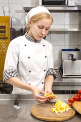 повар готовит еду на кухне в ресторане