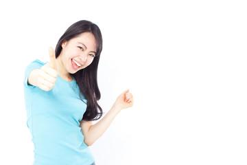 親指を立てる合図をする女性