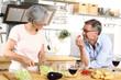 Älteres Ehepaar am Küchentisch
