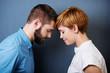 junges paar steht lehnt die köpfe aneinander