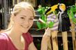 Junge Frau auf Markt mit Garten-Dekoration