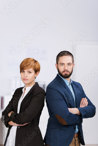 mann und frau stehen rücken an rücken im büro