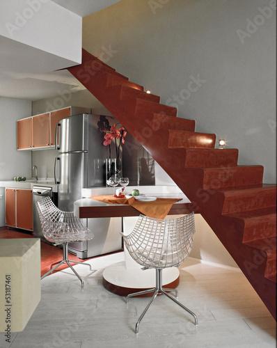 Cucina moderna con tavolo da pranzo sotto la scala for Cucina moderna abbonamento
