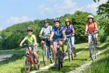 Fototapety Jung und alt beim Radfahren