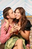 Paar in Tracht auf Oktoberfest