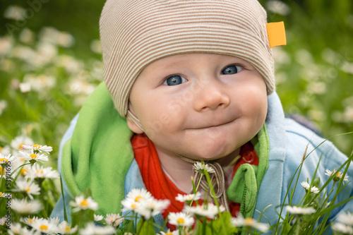 Leinwanddruck Bild Baby auf der Blumenwiese