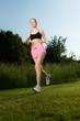 frau  joggt in der natur