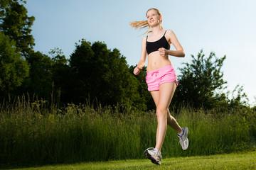 frau hat spaß am joggen