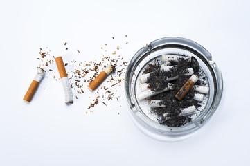 煙草の吸い殻と灰皿