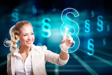 Geschäftsfrau drückt Paragraph-Symbol