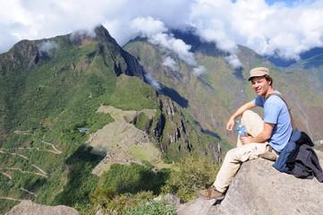 Backpacker vor Machu Picchu Peru