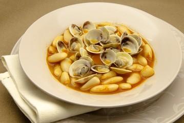 Fabes con almejas ,plato tipico de Asturias,España