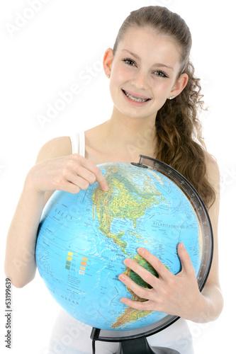 Freundlicher Teenager zeigt auf Globus
