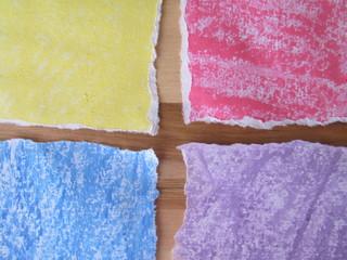 notas en cuatro colores