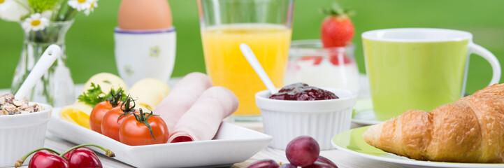 ausschnitt einer frühstückstafel