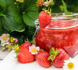Frische Erdbeermarmelade mit Erdbeeren und Erdbeerblüten