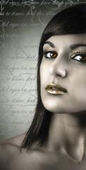 Retrato de joven hermosa con maquillaje dorado