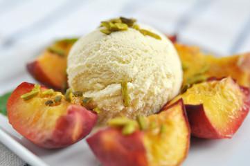 Vanilleeis mit Pistazien und Aprikosen