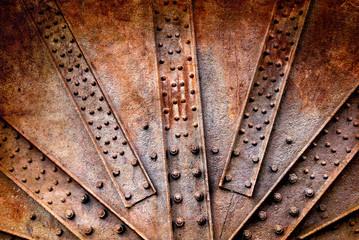 Remaches y tornillos sobre plancha de metal oxidada, fondo