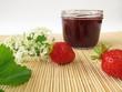 Konfitüre mit Erdbeeren und Holunderblüten