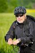 mountainbiker macht kurzen stop
