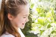 Bambina con un mazzo di fiori
