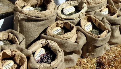 Etal d'un herboriste au marché